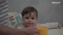 Учим ребенка пить из чашки (10 месяцев)