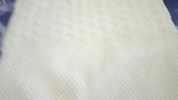 Мужской белый свитер спицами