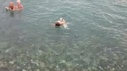 Матвей учится плавать